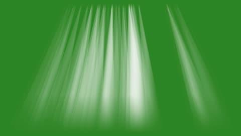 vídeos y material grabado en eventos de stock de rayos de luces en la animación de fondo de pantalla verde. los haces se iluminan en el vídeo hd de imágenes del escenario. - luz