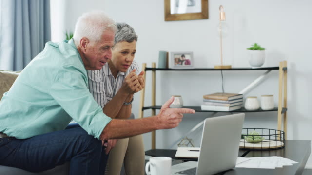 читайте мелким шрифтом при получении пенсионного плана - состаривание стоковые видео и кадры b-roll