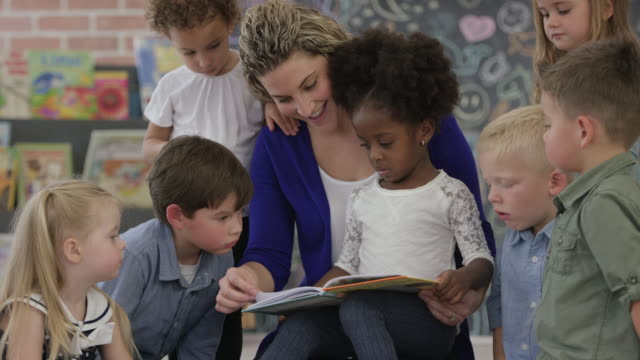 vídeos de stock, filmes e b-roll de lendo um livro na pré-escola - professor de pré escola