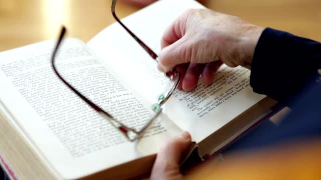 lesen ein buch - lateinische schrift stock-videos und b-roll-filmmaterial