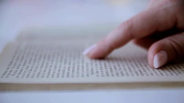 läser en bok, närbild - lagbok bildbanksvideor och videomaterial från bakom kulisserna