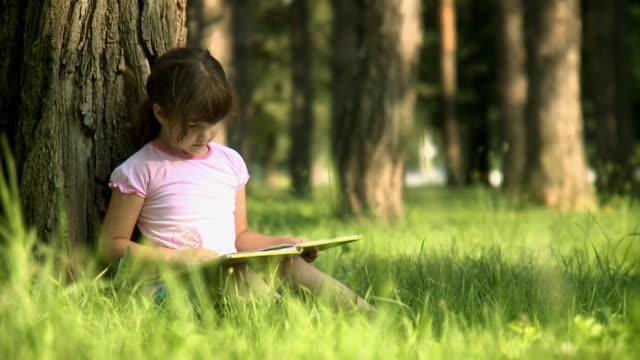 독서모드 in 파크 - reading 스톡 비디오 및 b-롤 화면