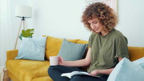 czytanie jest zabawne i relaksujące. - relaks filmów i materiałów b-roll
