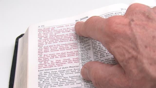 Reading John's Gospel in the KJV Bible video