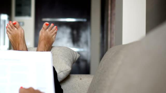 stockvideo's en b-roll-footage met tijdschriften lezen in bed - woman home magazine