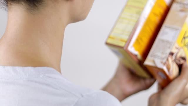 nährwertkennzeichnung lesen und produkte vergleichen - etikett stock-videos und b-roll-filmmaterial