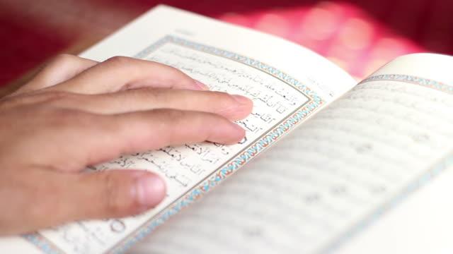 stockvideo's en b-roll-footage met het lezen van quran in moskee - koran
