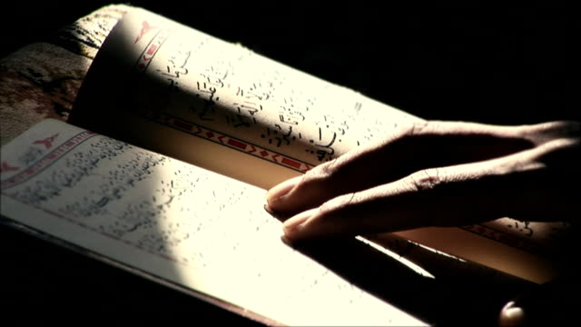 stockvideo's en b-roll-footage met reading quran in the mosque - islam