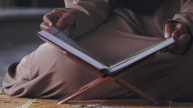 stockvideo's en b-roll-footage met quran lezen - heilig geschrift