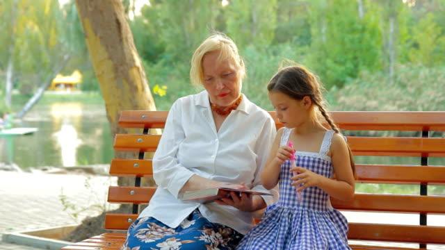 Reading story en un parque - vídeo