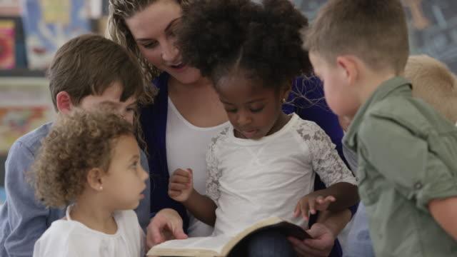 läsa bibeln - förskoleelev bildbanksvideor och videomaterial från bakom kulisserna