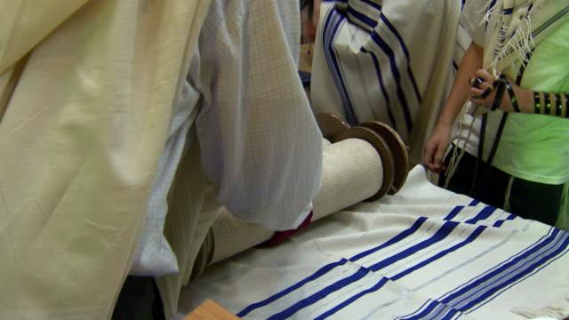 bibel lesen der torah - tora stock-videos und b-roll-filmmaterial