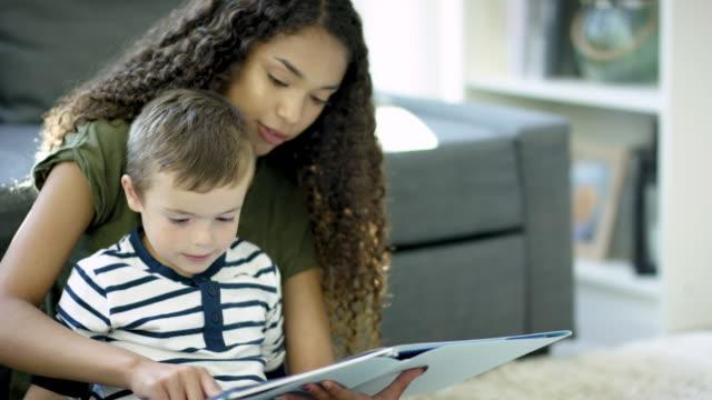 若い男の子に読書 ビデオ