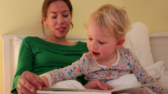 reading with mummy - 2 3 anni video stock e b–roll
