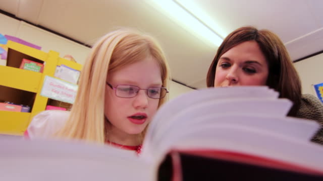 mit lehrer lesen - grundschule stock-videos und b-roll-filmmaterial