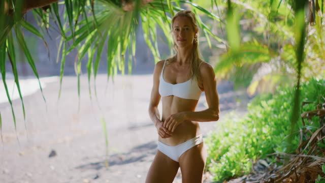 vídeos de stock e filmes b-roll de ready for her beach workout - mulher bonita