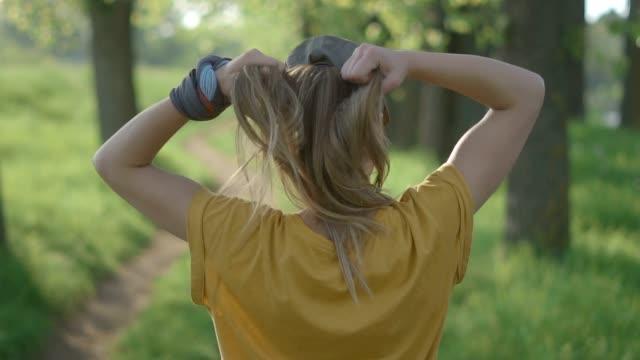 stockvideo's en b-roll-footage met klaar om te oefenen - paardenstaart haar naar achteren