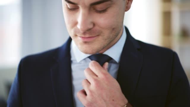 vídeos y material grabado en eventos de stock de listo para hacer un éxito del día - corbata