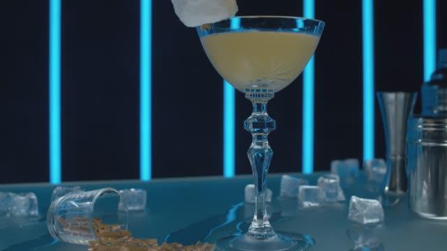 fertiger daiquiri-cocktail - tropischer cocktail stock-videos und b-roll-filmmaterial