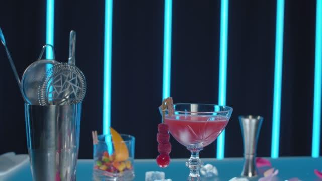 fertiger red dress cocktail - tropischer cocktail stock-videos und b-roll-filmmaterial