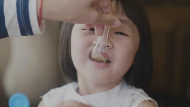 real asian daughter eatting breakfast - węglowodan jedzenie filmów i materiałów b-roll