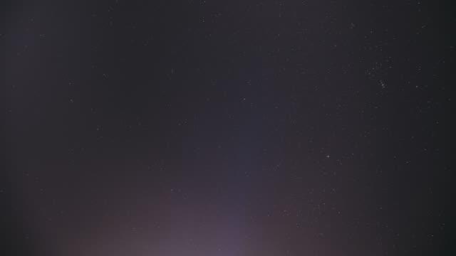 gerçek renkli gece sunset gökyüzü yıldız. doğal starry gökyüzü arka plan fon. fullhd, zaman atlamalı - full hd format stok videoları ve detay görüntü çekimi