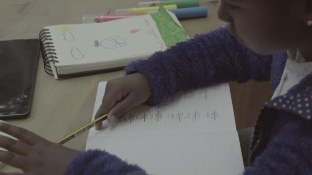 vidéos et rushes de véritable quotidien: frère et sœur de devoirs à la maison - fournitures scolaires
