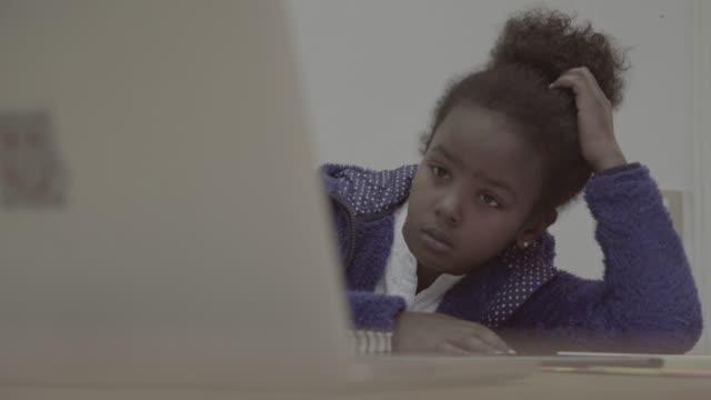 real daily life: brother and sister homework at home - nuda filmów i materiałów b-roll