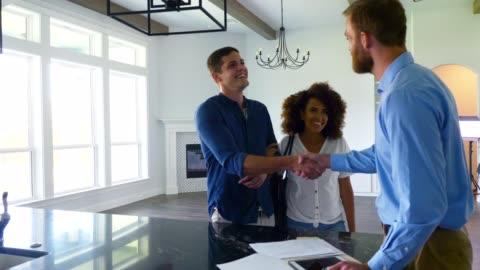 vidéos et rushes de l'agent immobilier conclut l'affaire sur la nouvelle maison - client