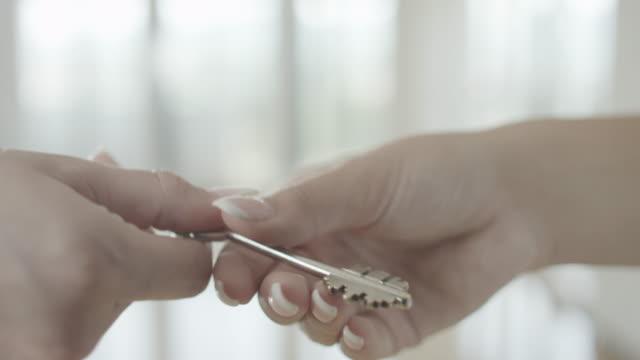 immobilienmakler geben schlüssel - hausschlüssel stock-videos und b-roll-filmmaterial