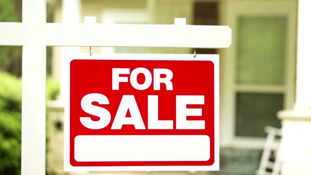 vídeos de stock e filmes b-roll de real estate for sale, pending sign in front of house. - buy a house key
