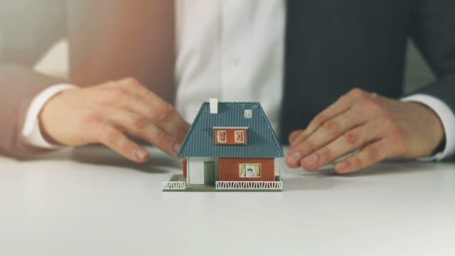 vídeos y material grabado en eventos de stock de concepto de seguro y seguridad de bienes raíces - shield