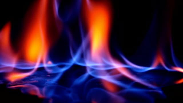vídeos de stock, filmes e b-roll de fundo de flama real - gasolina