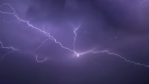 vidéos et rushes de de véritables éclairs de foudre au-dessus de la mer pendant un orage puissant - ciel couvert