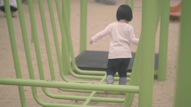 実質のおかしい女の子 - 託児施設点の映像素材/bロール