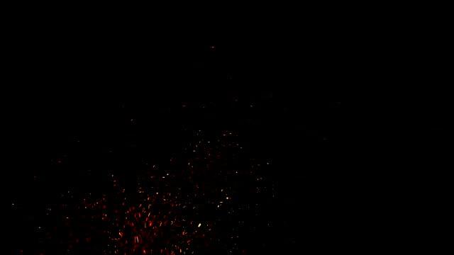 çok sıcak kor siyah arka plan üzerine kıvılcım - kıvılcım stok videoları ve detay görüntü çekimi