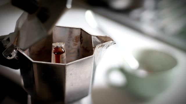 prawdziwe włoskie kawa nalewać się w moka - espresso filmów i materiałów b-roll