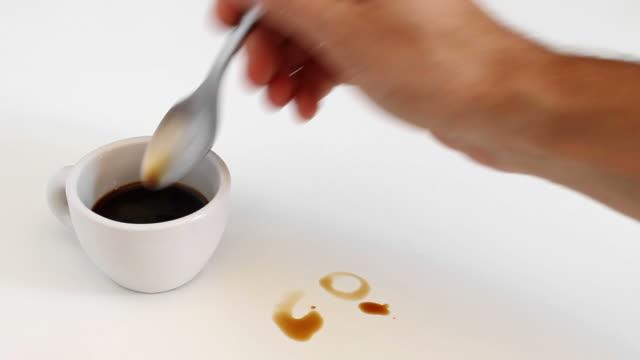 echte italienische kaffee schreiben auf weiß - schwarzer kaffee stock-videos und b-roll-filmmaterial