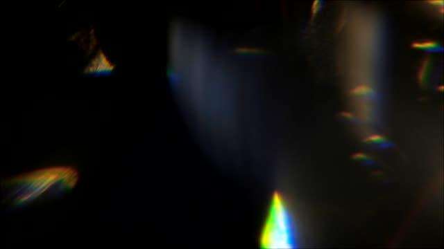 本物のレンズフレアボケは黒の背景をフリック - 玉虫色点の映像素材/bロール