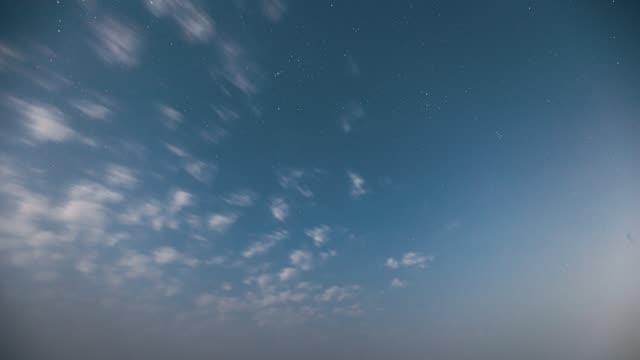 vídeos y material grabado en eventos de stock de real night sky stars. fondo de color azul cielo estrellado natural. lapso de tiempo fullhd - espacio y astronomía