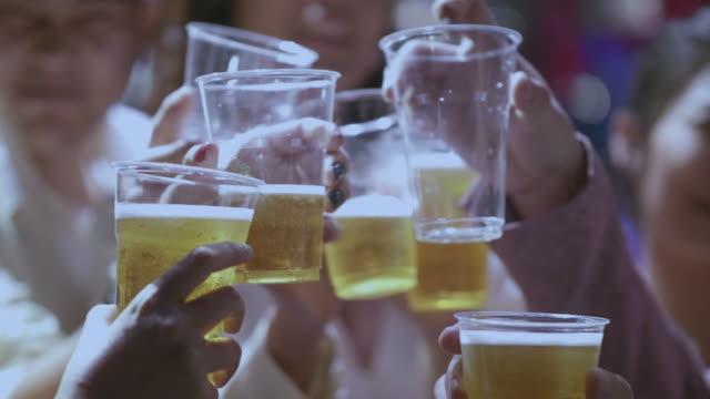 gerçek insanlar tezahürat ve bira gözlük ile kızartma - bar i̇çkili mekan stok videoları ve detay görüntü çekimi