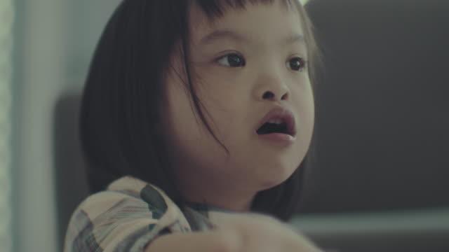 リアルピープル : ダウン症候群ガール - disabilitycollection点の映像素材/bロール