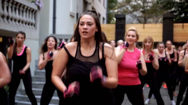 vídeos de stock e filmes b-roll de real people exercising - boxe tailandês