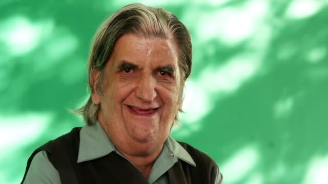 riktiga människor porträtt funny senior man skrattar åt kameran - pensionärsmän bildbanksvideor och videomaterial från bakom kulisserna