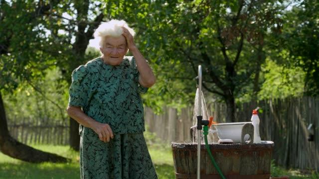 실제 사람-노인 여자 에 a 필드, 농촌 장면 - giving tuesday 스톡 비디오 및 b-롤 화면