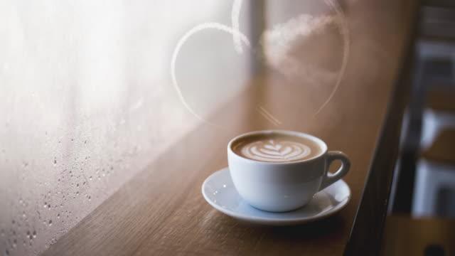 コーヒー 4 k 上煙の心を形成する本物の飛行機 - マグカップ点の映像素材/bロール