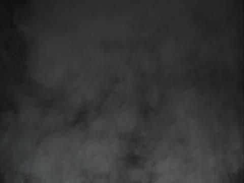 real dym na czarnym tle - opis fizyczny filmów i materiałów b-roll