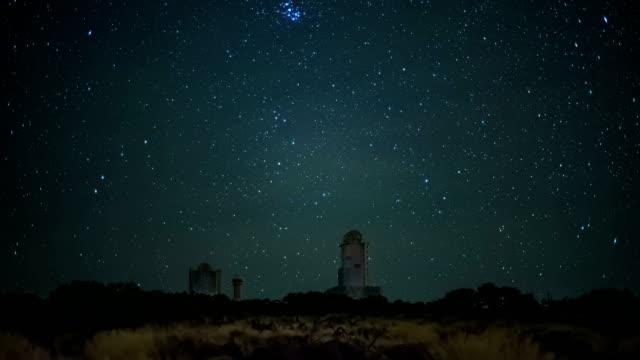 stockvideo's en b-roll-footage met een echte starfall op het station van het astronomische waarnemingscentrum voor observeren space stars - sleeping illustration