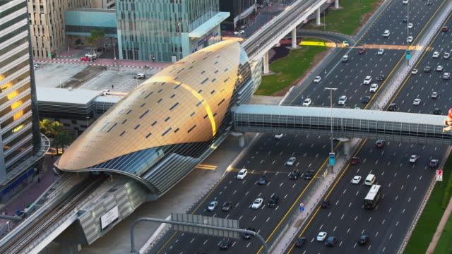 リアルタイム、シェイクザイード道路、ドバイ、アラブ首長国連邦の近代的な都市の交通量の4k空中写真 - 豊富点の映像素材/bロール