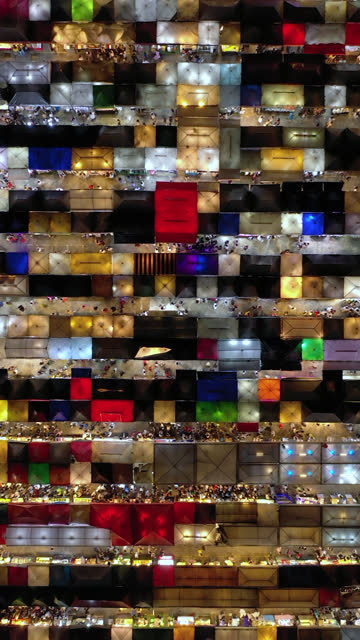 real time and dolly shot: night market stall glowing and many people - video di bancarella video stock e b–roll